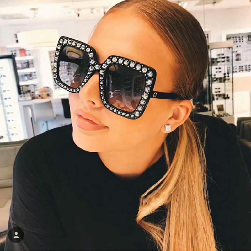 Стильные серые пластичные солнечные очки