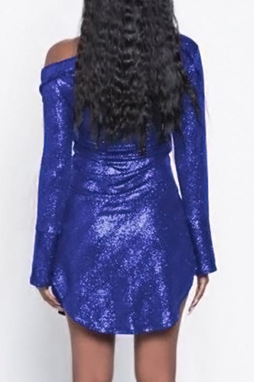 Reizendes Reizvolles Abfallendes Schulterperle, Das Einreihiges Blaues Polyester-Hüllenminikleid Druckt