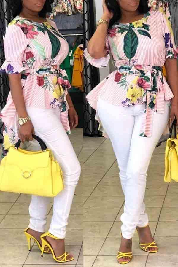 Preciosa Camiseta Floral Con Estampado Floral Asimétrico Multicolor.